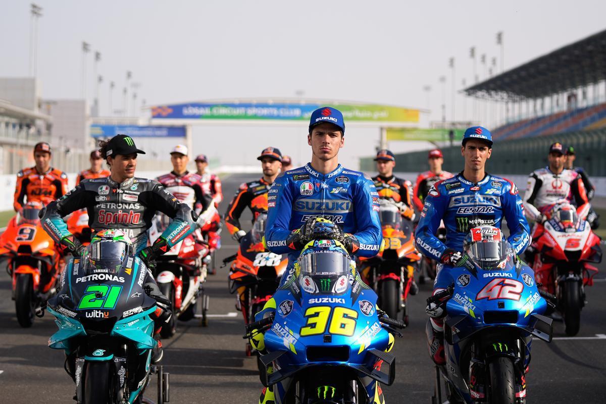 El mallorquín Joan Mir (Suzuki), en el centro de la imagen, liderando la foto oficial de MotoGP, en el circuito de Losail (Catar).