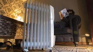 Una vecina del Gòtic afronta la llegadadel frío con una estufa eléctrica, ayer.