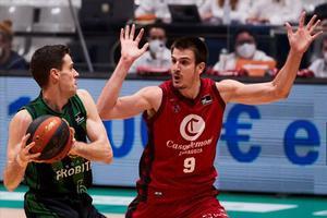 López-Arostegui controla el balón, ante la defensa de Brussino