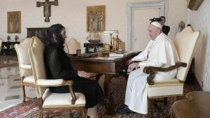 La esposa del presidente de México, Beatriz Gutiérrez Müller, en su encuentro con el Papa.