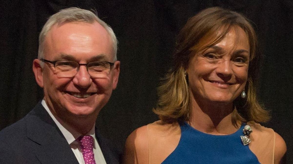 El doctor Josep Baselga, junto a Sol Daurella, presidenta de Coca-Cola European Partners.