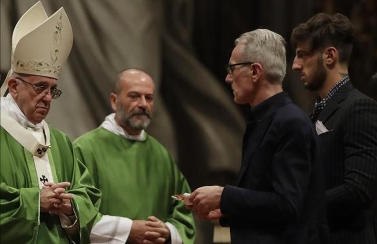 Un momento de la ceremonia oficiada por el Papa Francisco con reclusos penitenciarios en la basílica de San Pedro.
