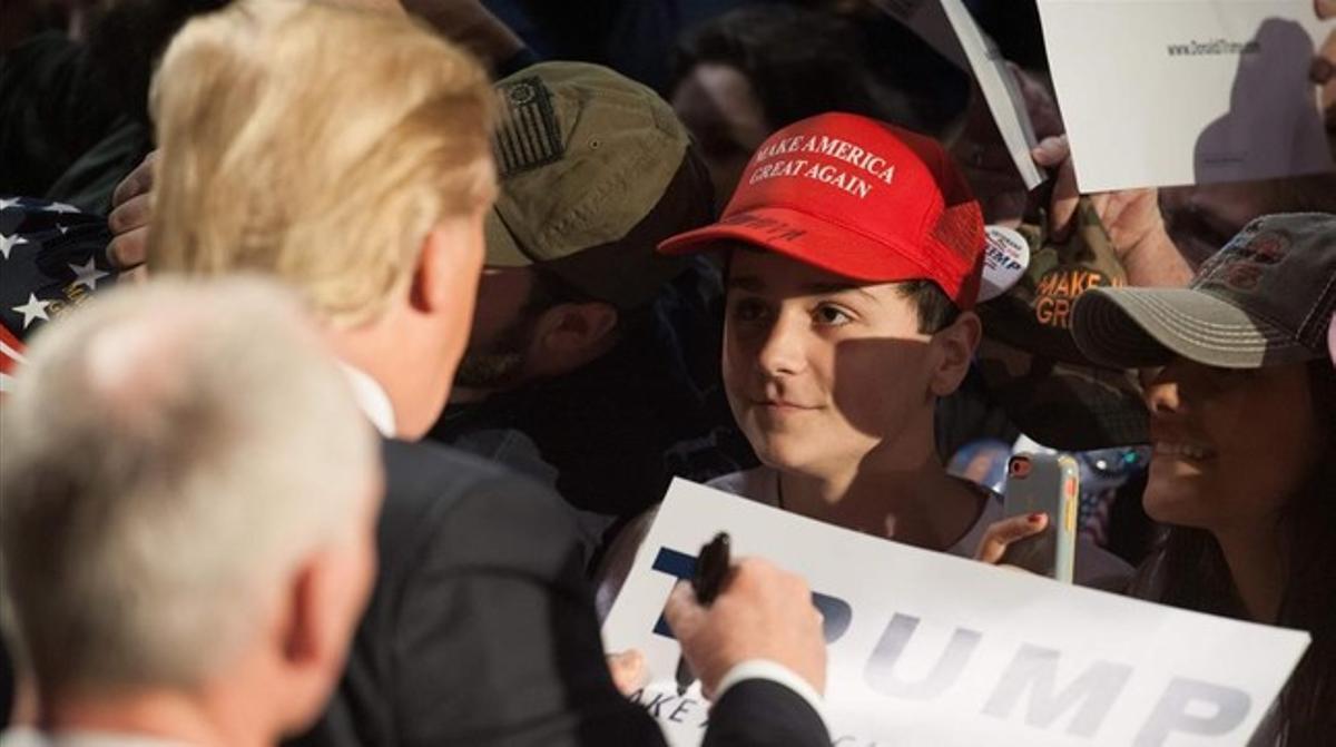 Trump firma autógrafos durante un acto electoral en Millington (Tennessee), el 27 de febrero.
