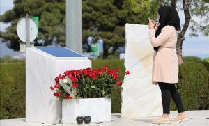Homenaje a las víctimas del Germanwings frente a la placa honorifica de la Terminal 2 de El Prat.