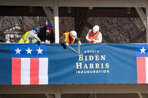 Varios operarios, durante los preparativos de la toma de posesión de Biden.