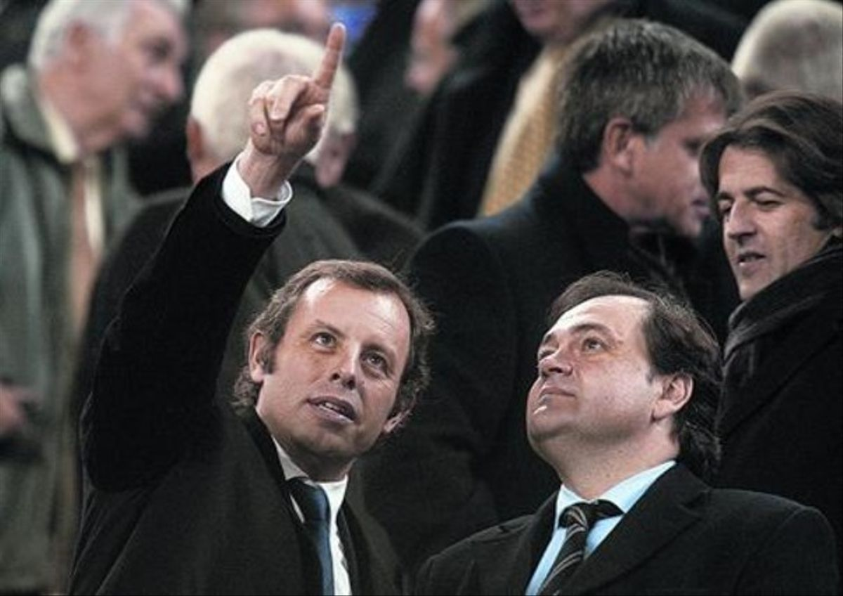 Sandro Rosell, presidente azulgrana, dialoga ayer con el dirigente de la Real, Jokin Aperribay, en el palco del Camp Nou.