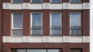 Los 'emojis' creados por el arquitecto Changiz Tehrani en la fachada del edificio situado en Amersfoort, Holanda.
