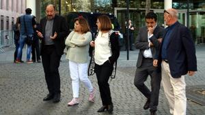 Llorach, en el centro de la imagen, acompañada por, entre otros, Sanchis y Patxot, a la salida de la Ciutat de la Justícia, el pasado 10de mayo.