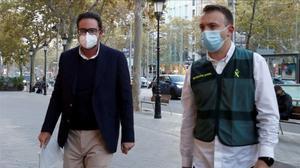 David Madí, custodiado por la Guardia Civil, el pasado 28 de octubre, a su llegada a su despacho profesional en Barcelona.