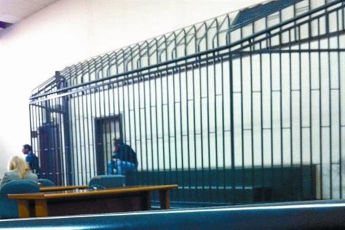 Óscar Sánchez, sentado en la jaula de los procesados del tribunal de Nápoles, antes de ser declarado inocente, el miércoles pasado.