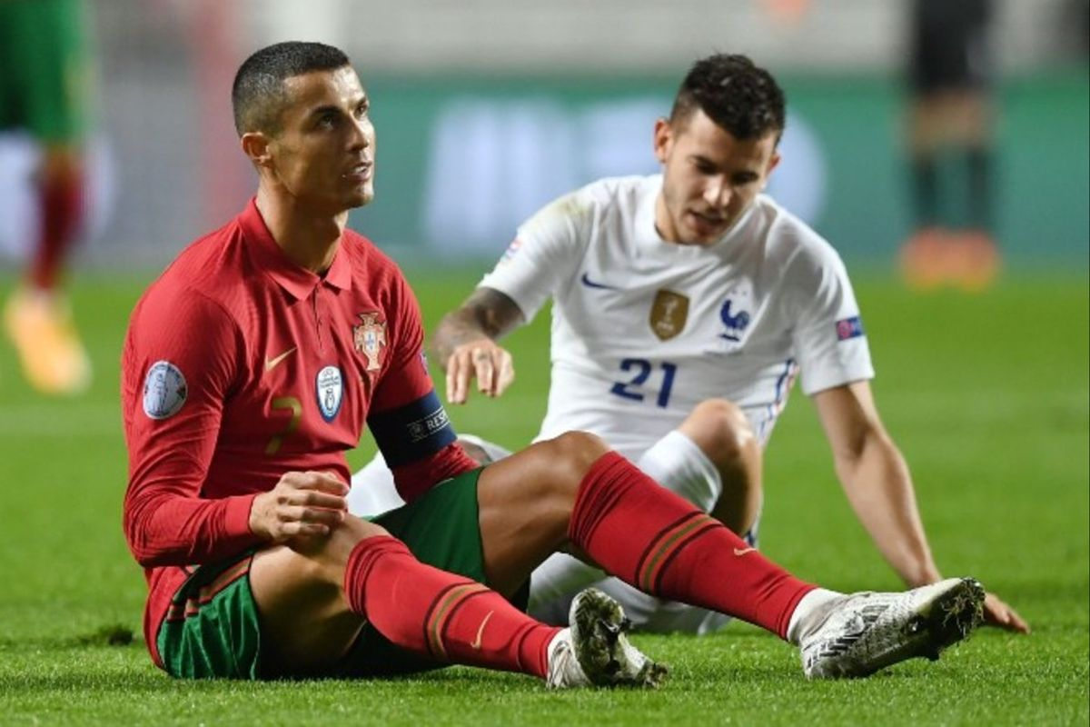 Cristiano Ronaldo protesta una falta ante Lucas Hernández.