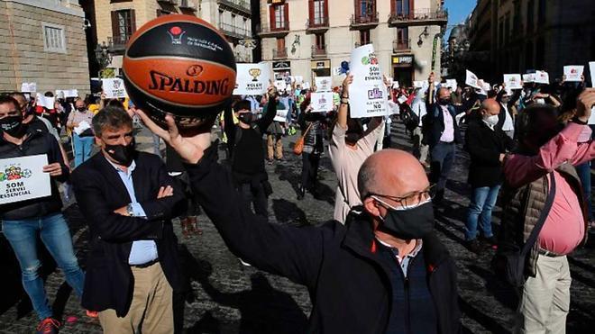 Manifestación del sector deportivo en la plaza de Sant Jaume