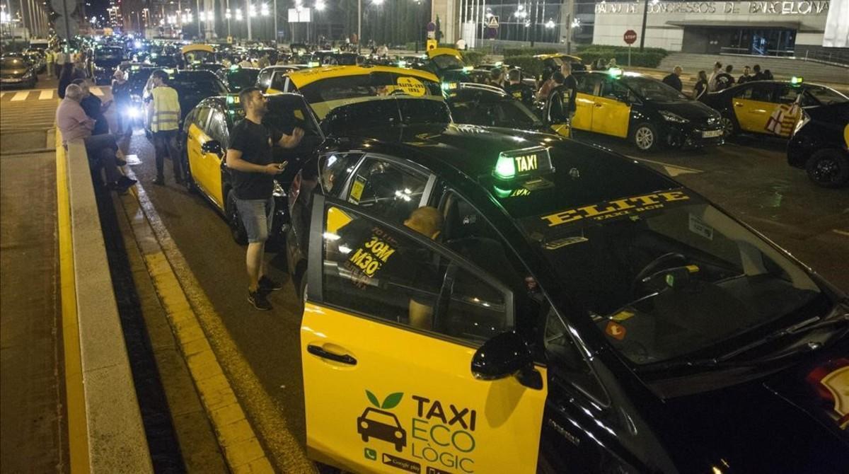 Cocentración de taxis en Barcelona para protestar por la competencia desleal.