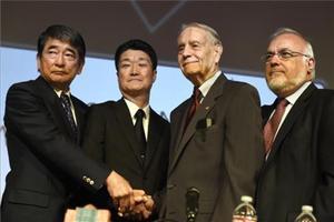 El asesor especial del primer ministro de Japón y el representante de Mitsubishi Motorsse estrechanla mano con James Murphy, exprisionero de guerra estadounidense,durante el acto que tuvo lugar el domingo en Los Angeles.