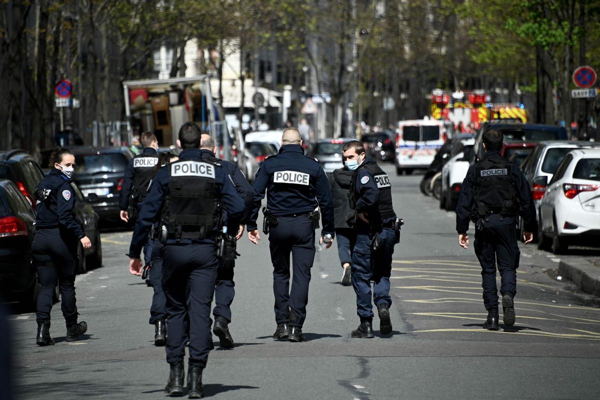 Un grupo de policías, en las inmediaciones del hospital donde se produjo el tiroteo.