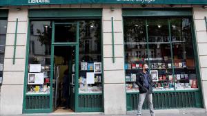 Un hombre en el exterior de la librería L'Ecume des Pages, en París, abierta solo para el servicio de 'click and collect', el lunes pasado.