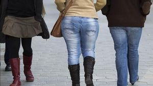 Mujer con sobrepeso en una calle de Barcelona.