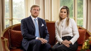 Los reyes holandeses Guillermo y Máxima, en el vídeo en el que han pedido perdón a sus conciudadanos por viajar a Grecia en pleno confinamiento.