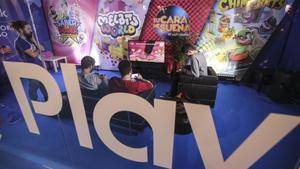 Varias personas prueban un videojuego enla Barcelona Games World.