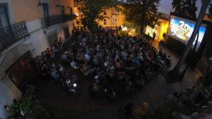 La iniciativa 'cine a la fresca' en los jardines de la Torre del Sol de Sant Boi es uno de los proyectos nacidos de los presupuestos participativos