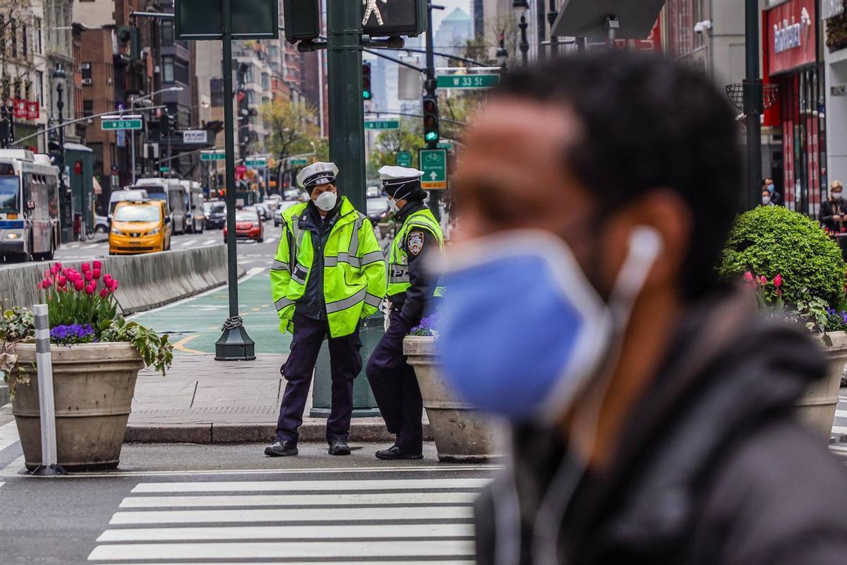 Un hombre con mascarilla en una calle de Nueva York.