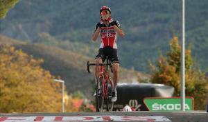 Tim Wellens celebra la victoria en Sabiñánigo.