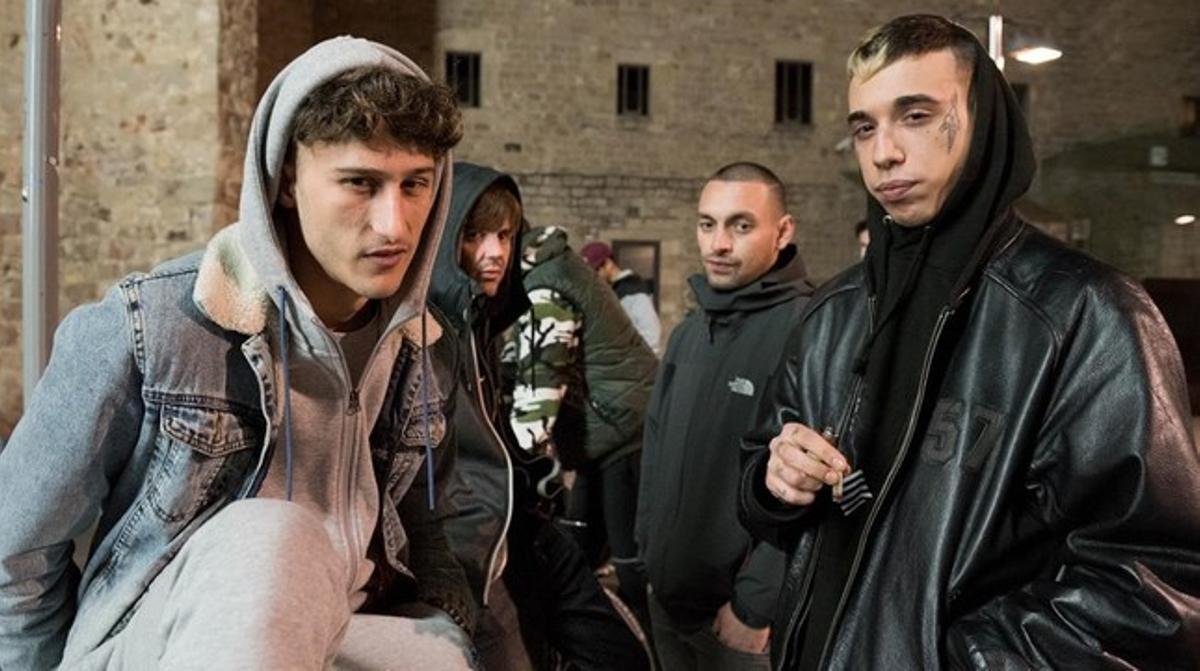Young Beef a la izquierda y Dani Gómez a la derecha, con sus colegas Fabio y Jakim detrás, en la plaza del Macba.