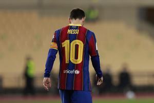 Messi abandona el estadio de La Cartuja tras ser expulsado.