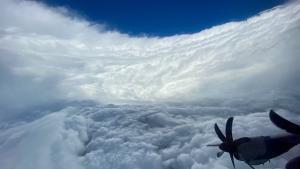 El centro del huracán continuará pasando al este de las Bermudas.