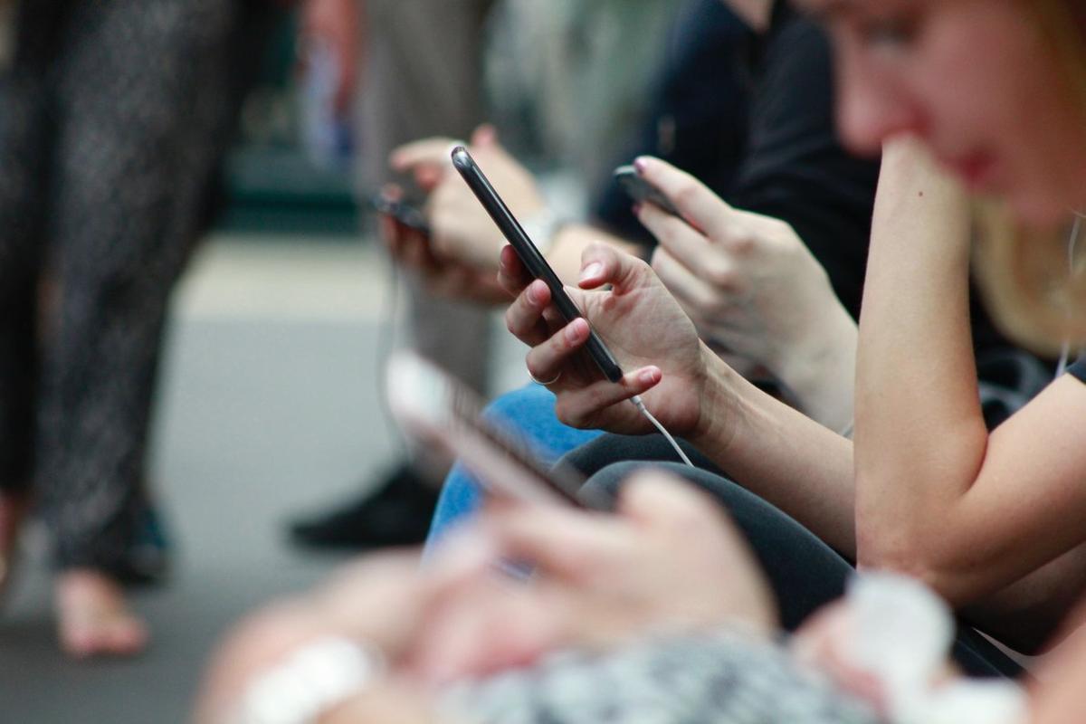 Los Mossos recuperan en Esplugues 28 móviles de alta gama robados