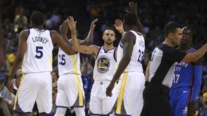 Stephen Curry celebra con sus compañeros una buena acción en los días felices de los Warriors.