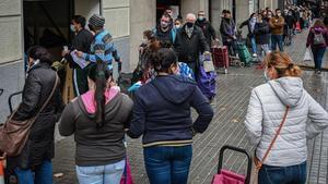 Barcelona 18 12 2020 SOCIEDAD   Colas del hambre en la parroquia de Sant Isidre  Nos avisan de que hay una fila de gente esperando para recoger comida que da la vuelta a la manzana  Carrer d urgell 178 entre Provenca i Mallorca  AUTOR  Manu Mitru