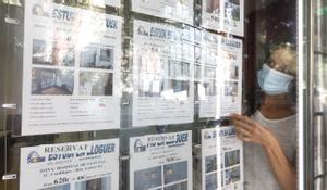 Anuncios en una agencia inmobiliaria, en una imagen de archivo