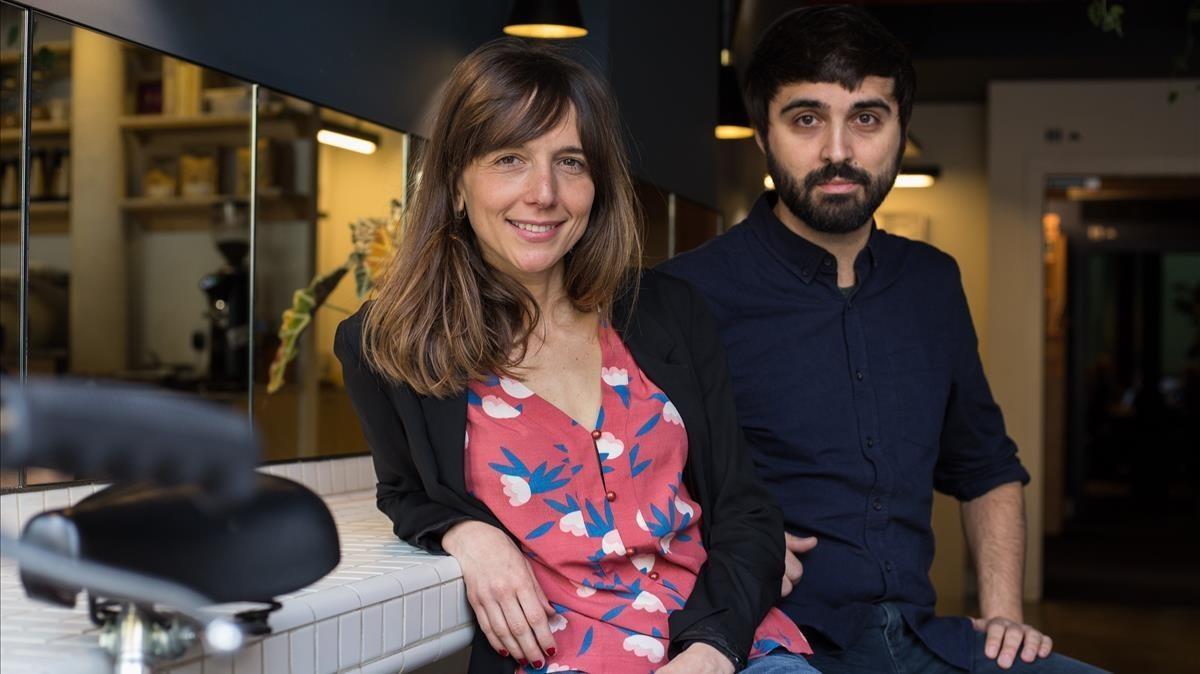 Laura Ferrero y Marc Pallarès, autores de la obra, posan en un bar de Barcelona.