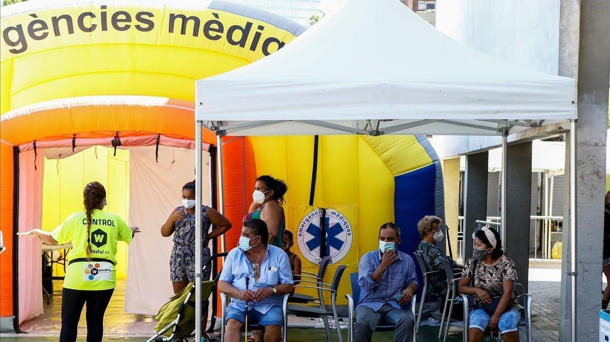 Cola de ciudadanos en el barrio del Besòs, este miércoles, para hacerse las pruebas PCR de covid-19.