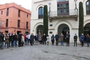 Companys i professors del menor de Badalona mort en una baralla participen en un minut de silenci a la plaça de la Vila