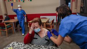 Vacunación contra el covid-19 en la residencia Llar Santa Anna de Barcelona.