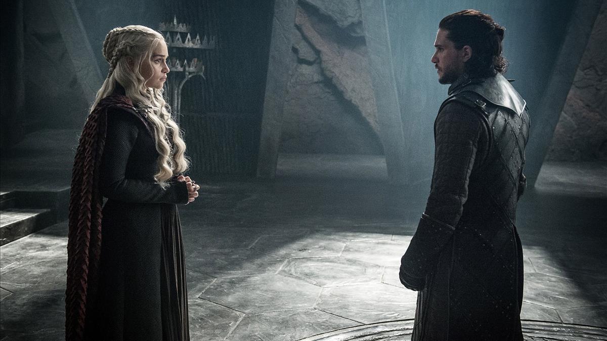 Los actores Emilia Clarke (como Daenerys Targaryen) y Kit Harington (Jon Snow), en la serie de la cadena HBO 'Juego de tronos'.