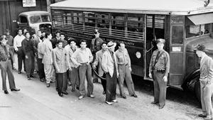Jóvenes de origen mexicano detenidos en Los Ángeles tras unos disturbios, en 1943.