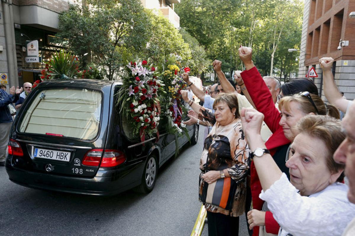 Una multitud acomiada el seguici fúnebre de l'històric dirigent comunista Santiago Carrillo, aquest dijous, camí del cementiri de La Almudena (Madrid).