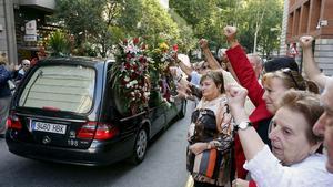 Una multitud despide el cortejo fúnebre del histórico dirigente comunista Santiago Carrillo, este jueves, camino del cementerio de La Almudena (Madrid).
