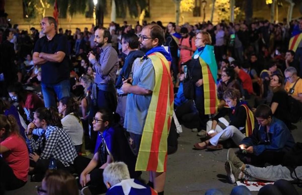 Decepción entre los independentistas, en Lluís Companys, tras escuchar al 'president' Puigdemont.