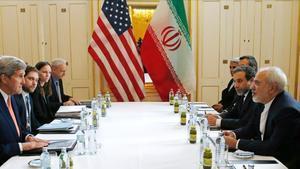 La delegación de EEUU, presidida por el secretario de Estado, John Kerry, con la delegación iraní liderada por su homólogo Javad Zarif, el 16 de enero del 2016.