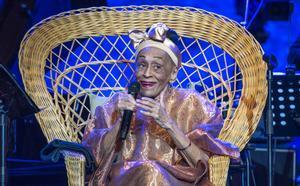Omara Portuondo, en su sillón de 'Emmanuelle', en el Grec.