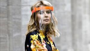 La 'influencer' Gitta Banko, con pantalla protectora, en una sesión de fotos en Düsseldorf.