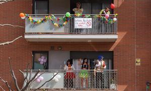 Varios vecinos de un edificio de Santa Margarida de Montbui bailan y cantan en sus balcones durante el confinamiento, el pasado 20 de marzo.