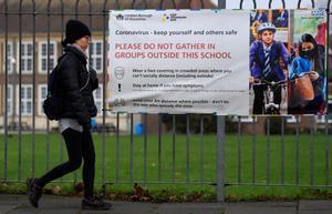Una mujer pasa por delante de una escuela en Londres.