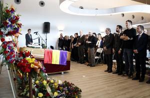 Més de 400 persones acomiaden Neus Català en un funeral emotiu
