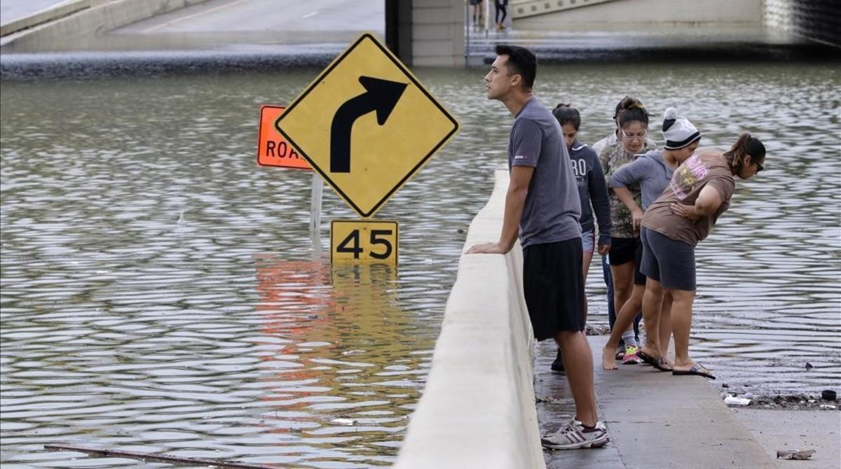 Un joven otea el horizonte cubierto por las aguas del huracán Harvey a su paso por Houston.