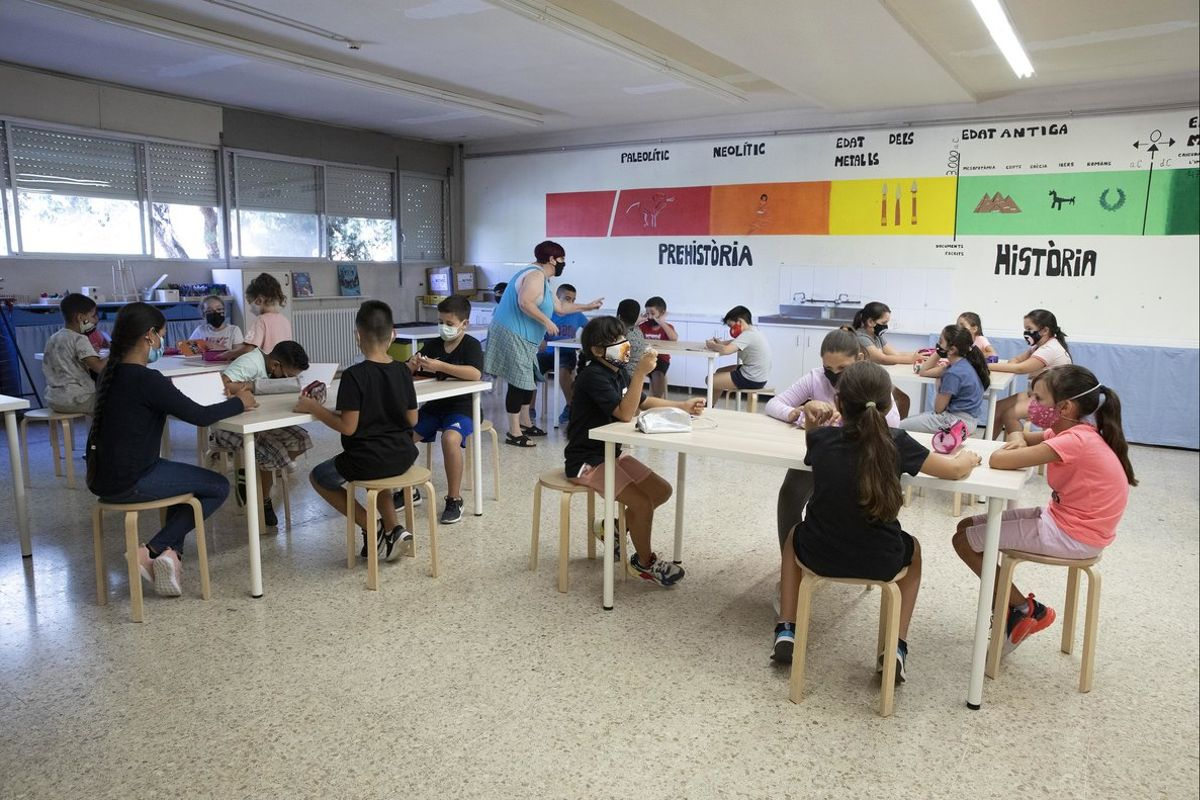 Un aula de primaria de una escuela de Santa Coloma el primer día de cole.